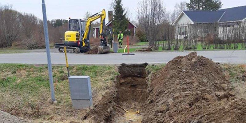 Vi ute på jobb med dränering i Norrbotten med grävmaskin.