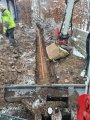 Vi hjälper dig med enskilt avlopp och dränering i Stockholm! Här har vi grävt med grävskopa och lagt ner rör i diket.