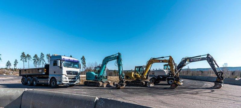 Här är hela vår maskinpark med grävmaskiner och lastmaskiner för dränering i Gävleborg.