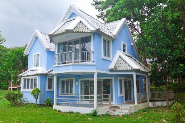 blått hus i skogen
