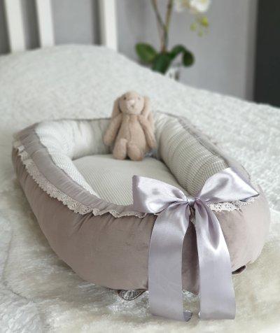 grå beige sammet babynest