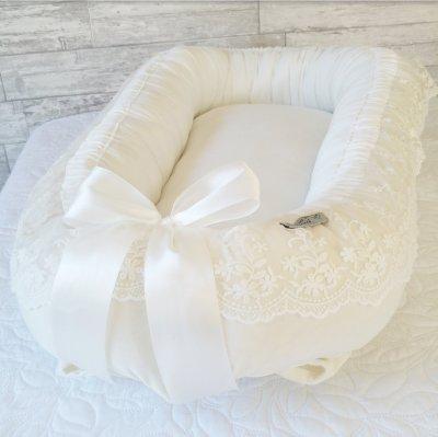 Babynest i vit sammet