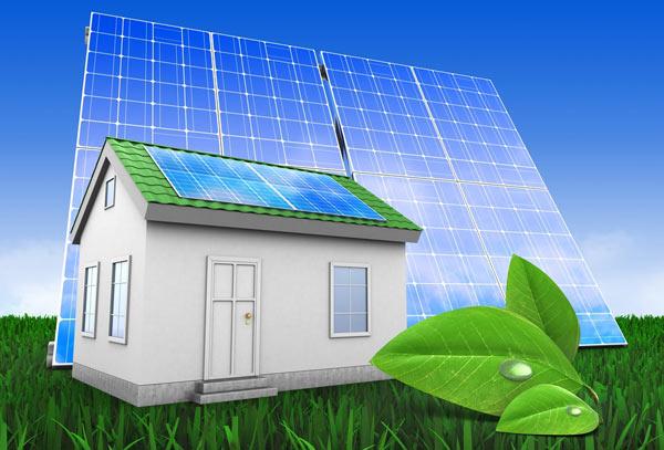solceller på ett litet hus