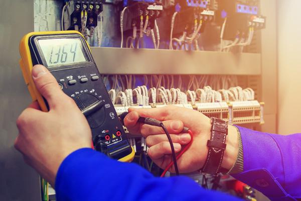 elektriker utför felsökning