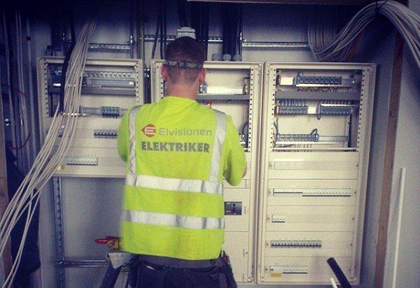 elektriker som arbetar med stor installation
