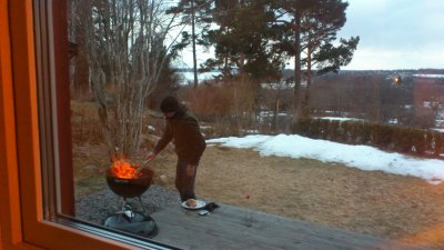 Min karl grillar fläskfilé