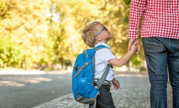 Pojke håller förälder i handen