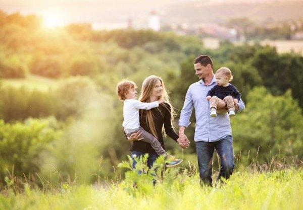 lycklig familj som går i naturen - familjerätt Stockholm