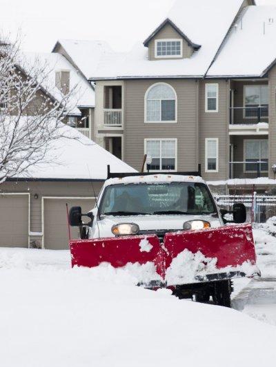 plogbil plogar snö