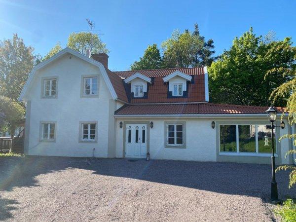 En färdigt renoverad fasad i Stockholm av privat hus.