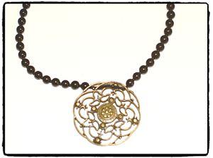 Halsband - Svarta glaspärlor med ViNTAGE BLOMMA
