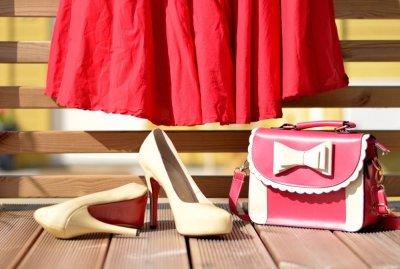 1be9e4e7ce44 En av Fina Fruns största intressen är att gå i vintagebutiker och sukta  efter vackra klänningar och allsköns pinaler.