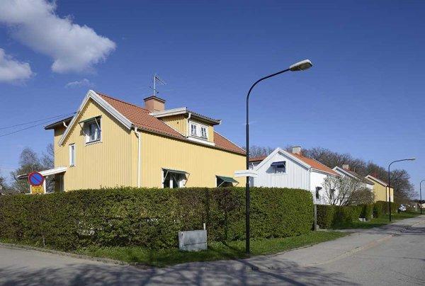 Gula och vita hus i bostadsomårde