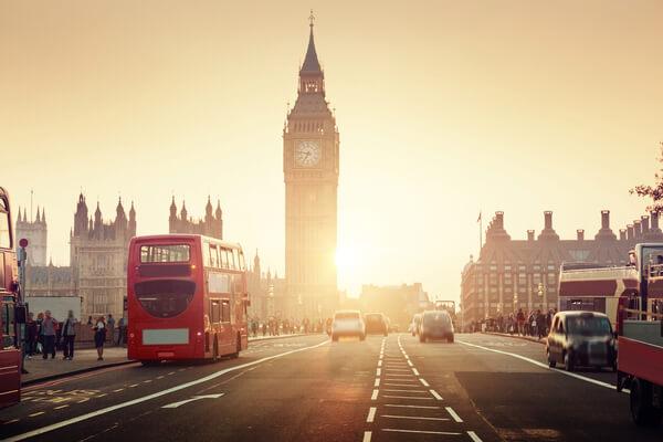 Gata i London med dubbeldeckarbuss och Big Ben