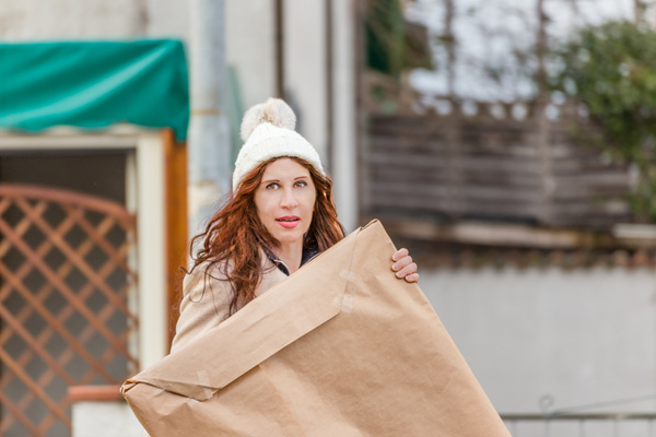 kvinna bär inslagen tavla