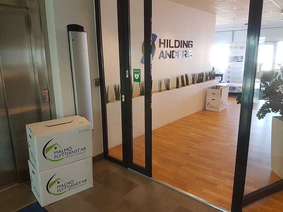 Flyttar lådor på flyttfirma i Eslöv