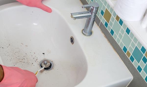 ta bort svartmögel med ättika och tandborste