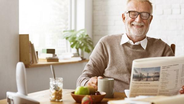 äldre man som flyttat in på ålderdomshem