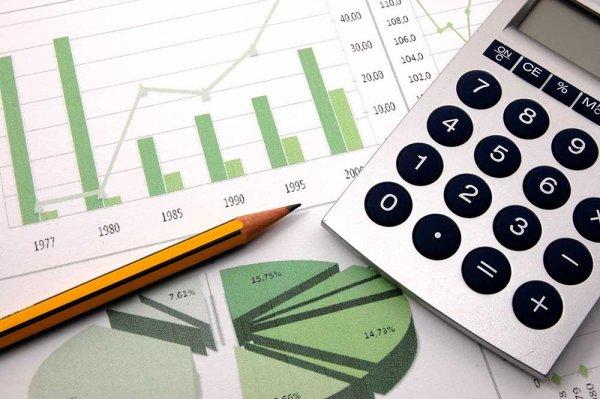 Penna, miniräknare och papper med diagram