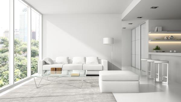 fönster från golv till tak i lägenhet
