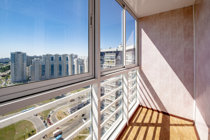Vi hjälper er med inglasning av balkong och fönsterbyte för Brf i Göteborg.