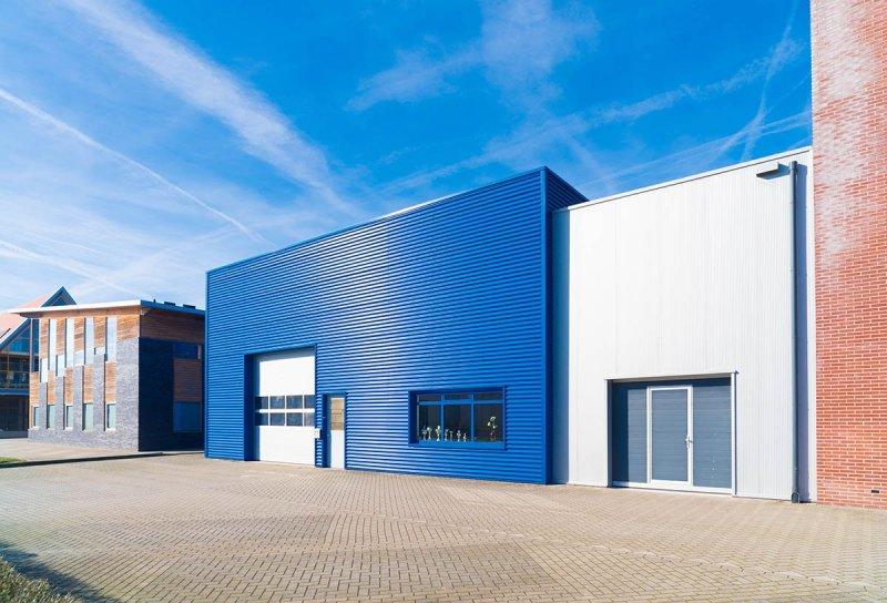På jakt efter nya industriportar eller garageportar i Karlstad? Vårt företag har levererat och monterat dessa till ett industriföretag.