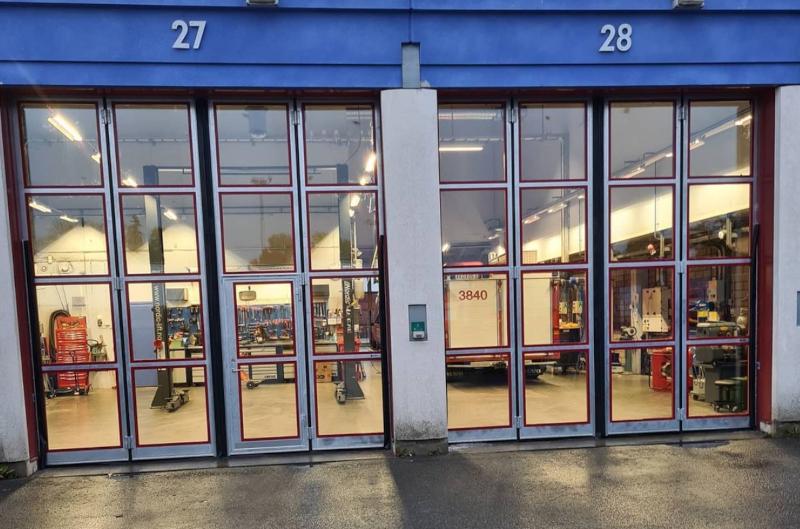 Vi har bl.a. monterat helglasade vikportar för Örebros brandstation.