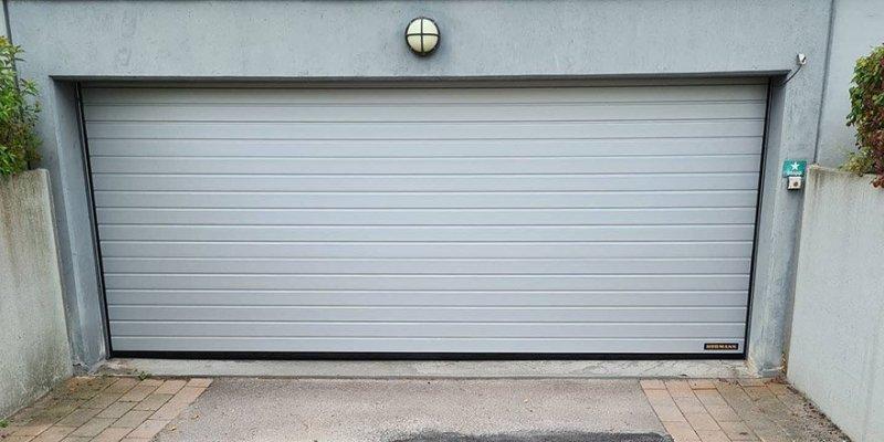 Nya garageportar i Södermanland på ett parkeringshus.