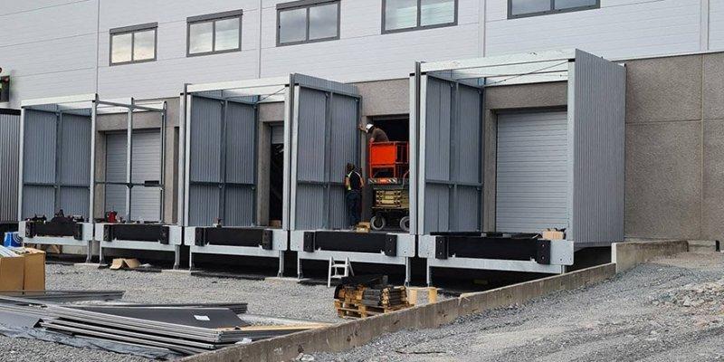 Här monterar vi nya lastbryggor, industriportar och lasthus på en industrilokal.