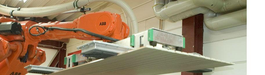 Vi använder mycket robotar i vår tillverkningsprocess för att få en effektiv produktion.