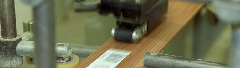 I vår produktionsanläggning tillverkas en mängd olika lister, välkommen in!