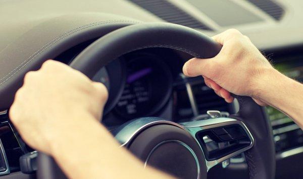 Håll i ratten på rätt sätt