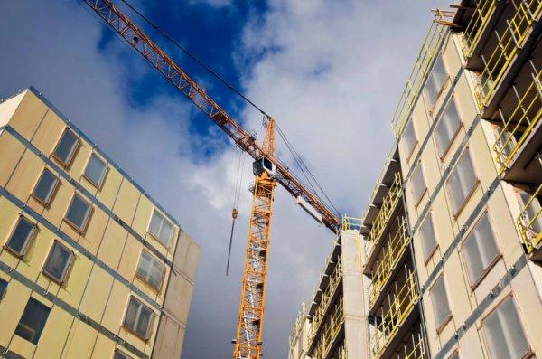 Bygge med lyftkran i Stockholm