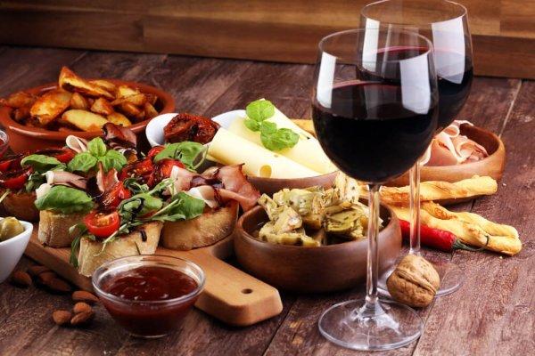 Antipasti och rött vin i två glas