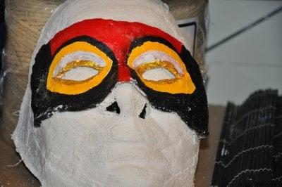 Mask i rött och gult