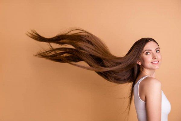 Kvinna med långt hår som blåser i vinden
