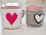 sticka-stickat-alla-hjärtans-dag-pyssel-handarbete-hantverk-mugg-muggvärmare-mugghållare-stickad-fodral-hjärtan-rosa-grå-inspiration-tips-beskrivning