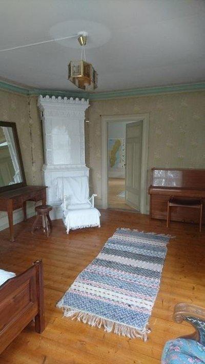 /stora-sovrummet-kakelugn.jpg