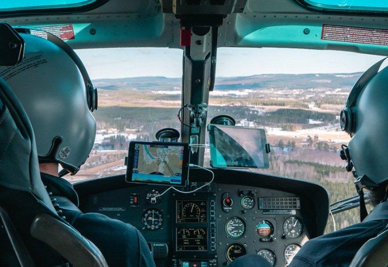Vi utför helikopterlyft som här med vår helikopter i Göteborg.