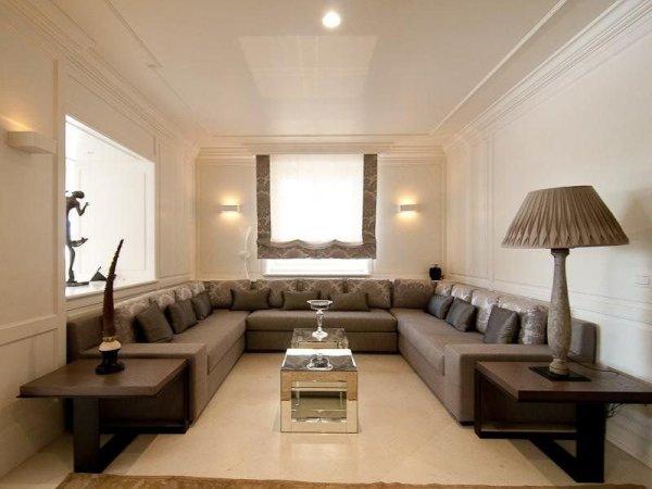 Vardagsrum med u-soffa