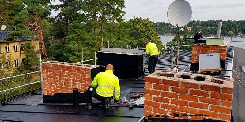 Takläggare som jobbar på tak i Täby.