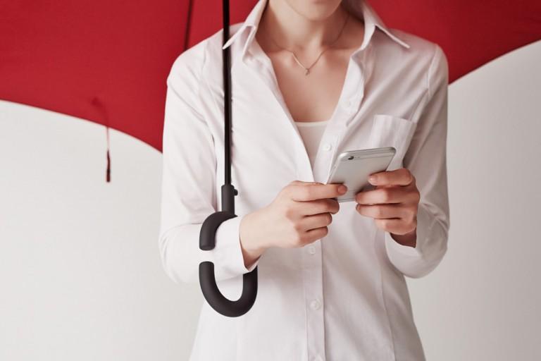 Tack vare Phone-brella kan kan du äntligen messa trots att det regnar