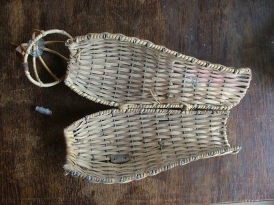 Flätad korg för en duva, användes under kriget vid fronten. Hylsa för meddelande