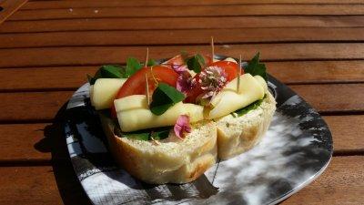 Smörgås med blommor och blad