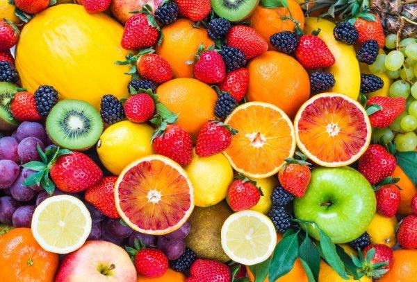 Olika frukter och bär i närbild