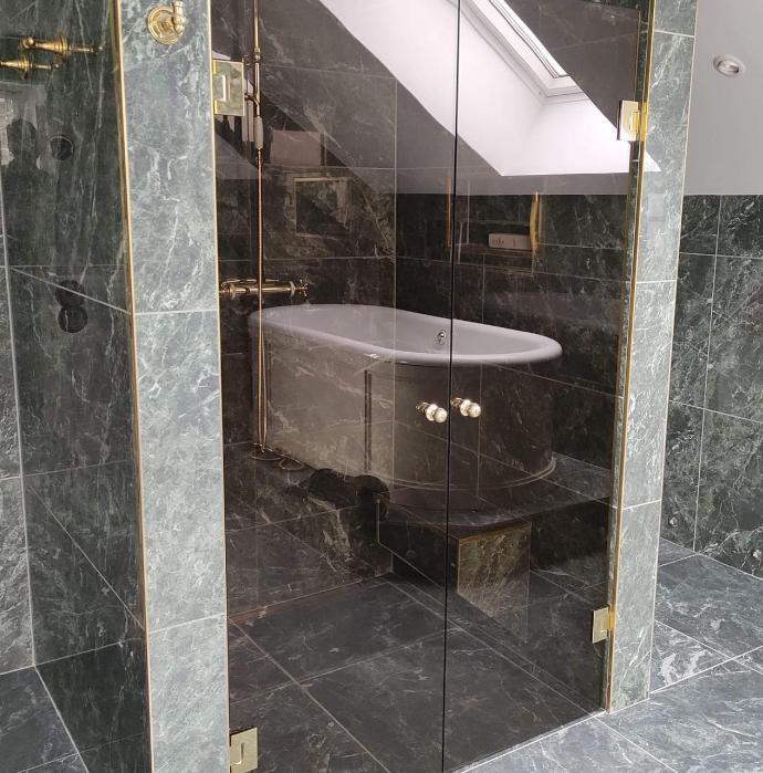 Vi hjälper er med inglasningar av bad, uterum, veranda och mycket mer.