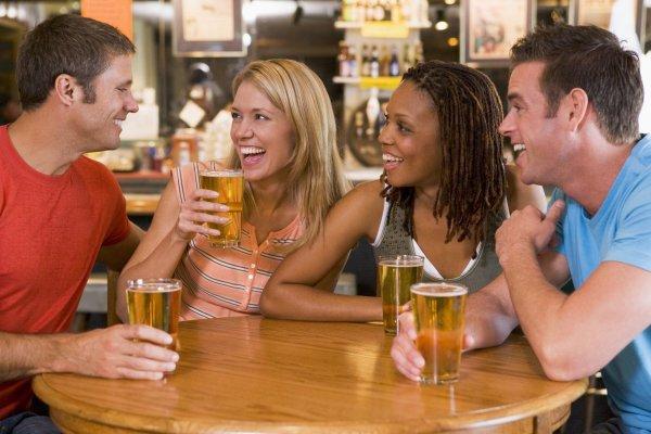 Dricka öl på puben