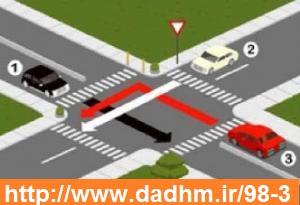 1 - در تقاطع روبه رو حق تقدم وسایل نقلیه را تعیین کنید.