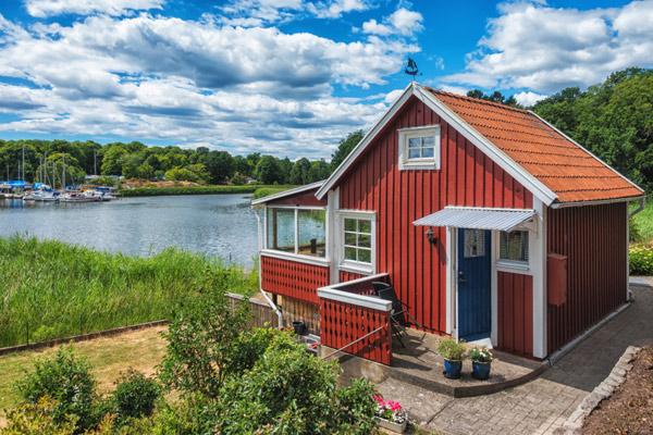 rött hus med träfasad
