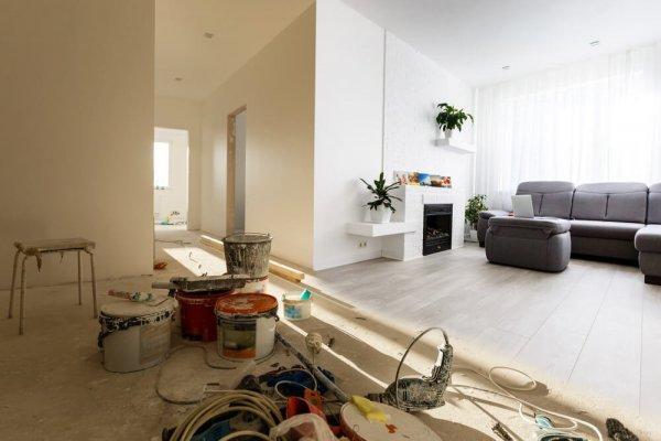 Färgburkar och annan måleriutrustning inne i bostad